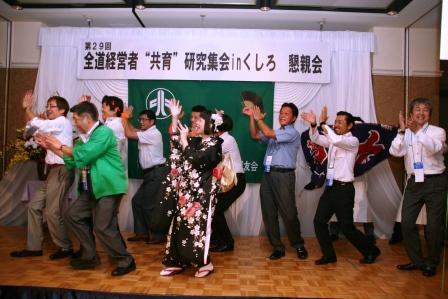 b839f045bb ... パーティー. ▽歌と踊りと大漁旗で盛り上がりはピークに!